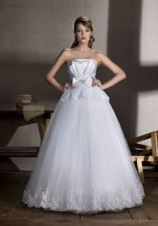 Wedding dress with tulle skirt. photo